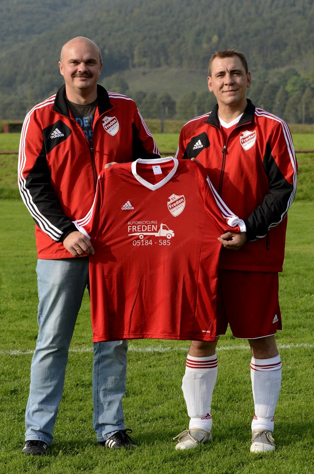 Holger Schubert (links, 1.Vorsitzender SV Freden) und Sponsor Joachim Piotr (Fa. Autorecycling Freden)