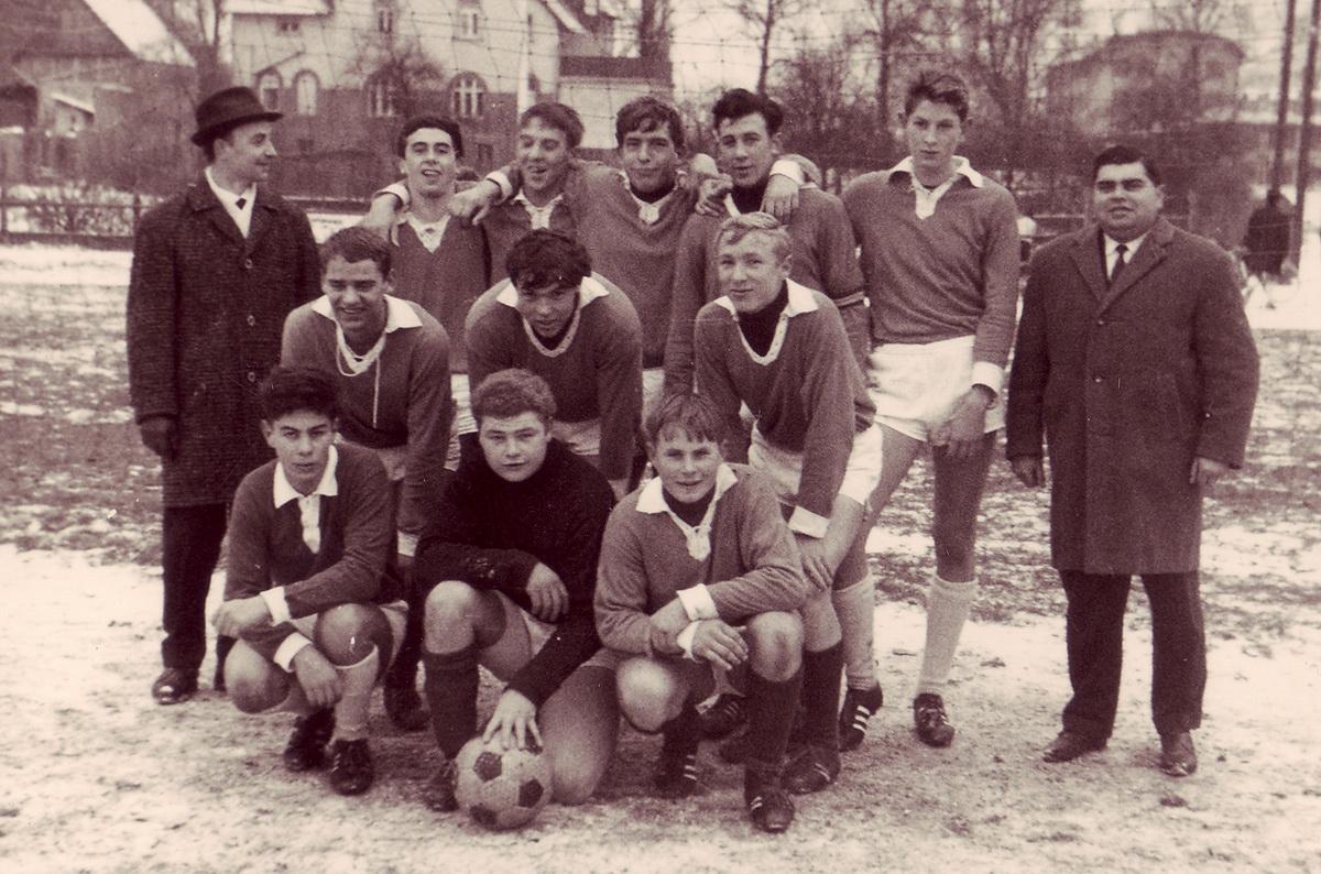 """Die 1.Jugendmannschaft des SV Freden wurde 1965 Herbstmeister der Jugendleistungsklasse """"West"""" mit 19:3 Punkten und 51:23 Toren vor TuSpo Holzminden (17:5 Punkte). Die Aufnahme zeigt die Mannschaft nach dem Spiel gegen Vogelbeck, das Freden am Sonntag mit 8:0 gewann"""