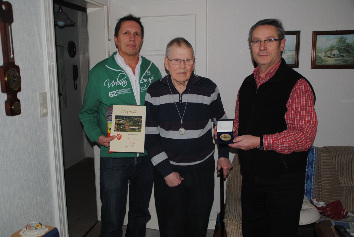 Im Jahr 2013 wurde unser Ehrenmitglied Karl Kolle (Mitte) für seine 70-jährige Mitgliedschaft geehrt