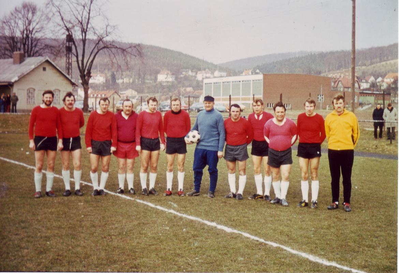 Das historische Foto zeigt unseren neu-70er Günter Schulze (4. von rechts)
