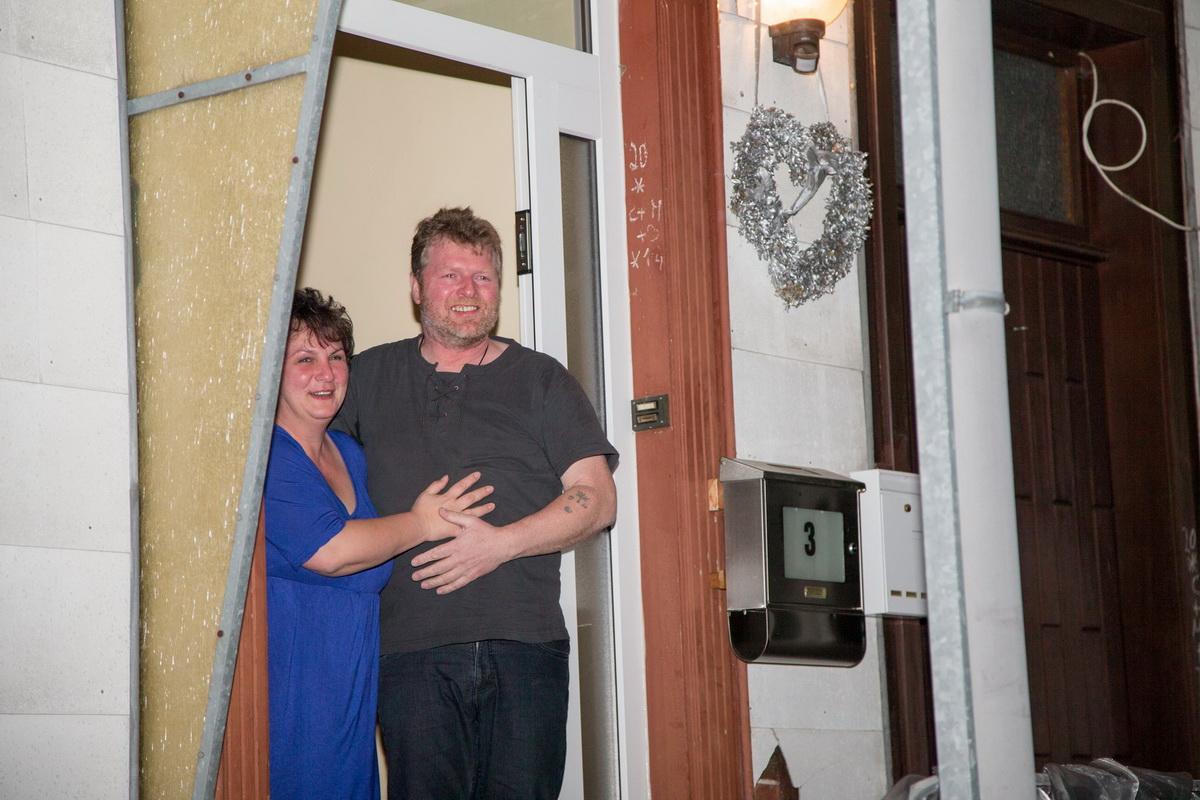 Sichtlich überrascht und bewegt: Ute und Bernd werden zur Überraschungsparty heraus geklingelt