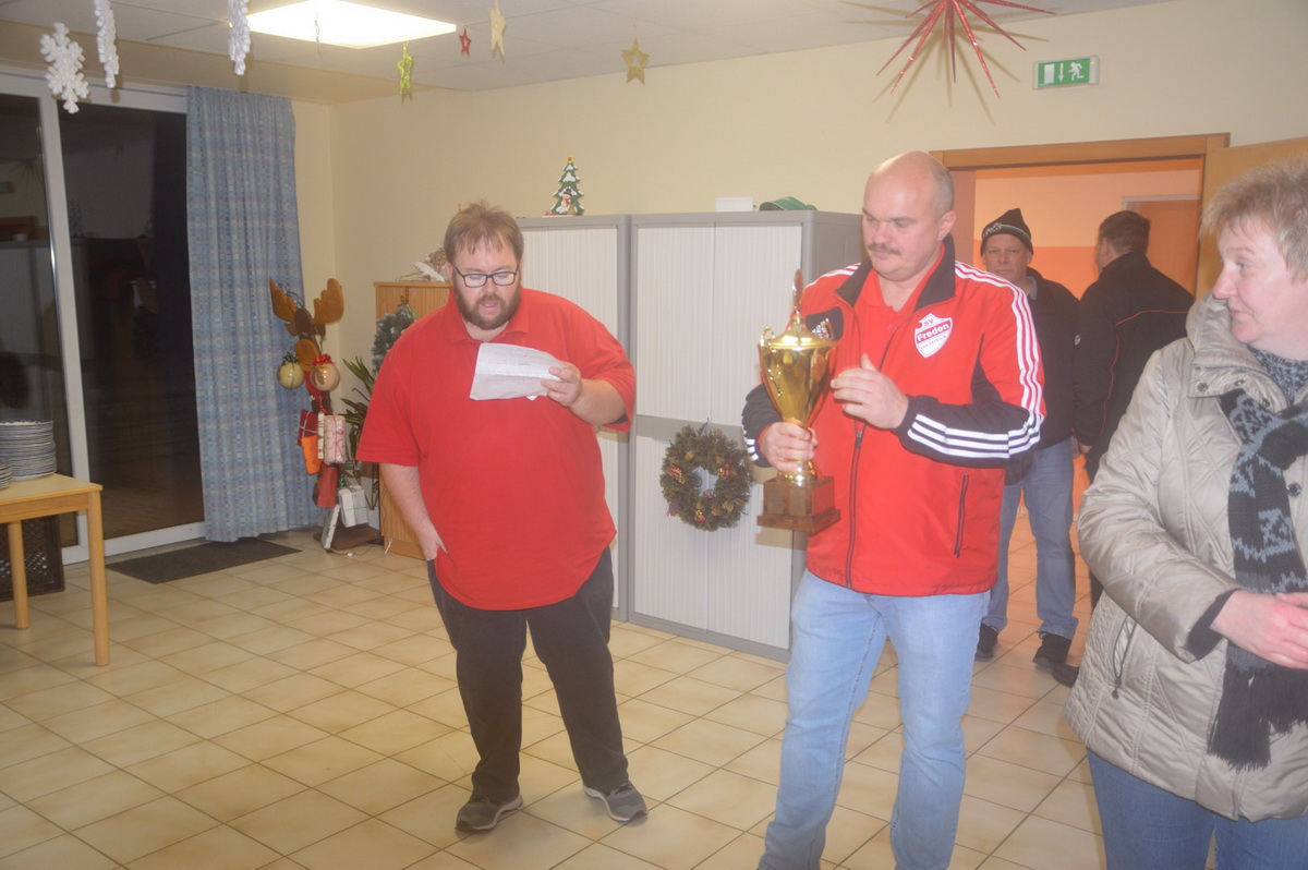 Ingo Altmann (Spielausschussvorsitzender) und Holger Schubert (1.Vorsitzender) bei der Siegerehrung, rechts im Bild die Gräfin
