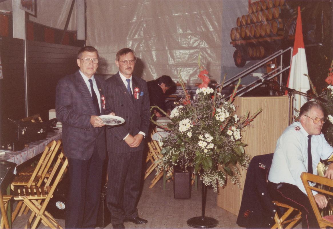 1989 bekommt Karl Kolle die NFV-Ehrennadel verliehen (rechts der 1.Vorsitzende Volker Schulze)
