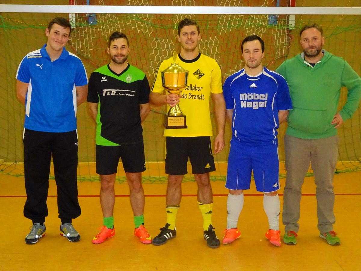 Die Mannschaftsführer der 4 bestplatzierten Mannschaften des Hugo Kiehne - Cups, rechts im Bild Markus Bullach (3.Vorsitzender SV Freden)