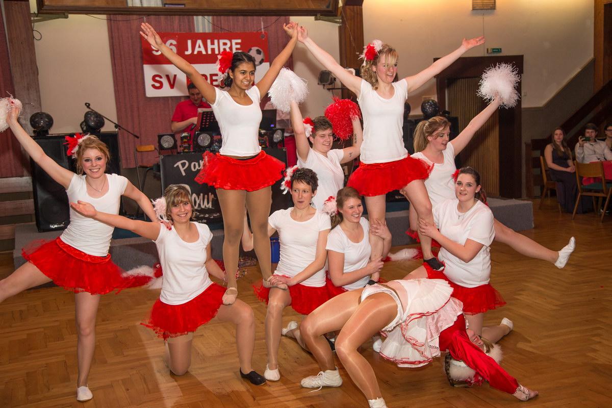 Eine Augenweide: Spielerinnen der Damenmannschaft beim stimmungsvollen Gardetanz