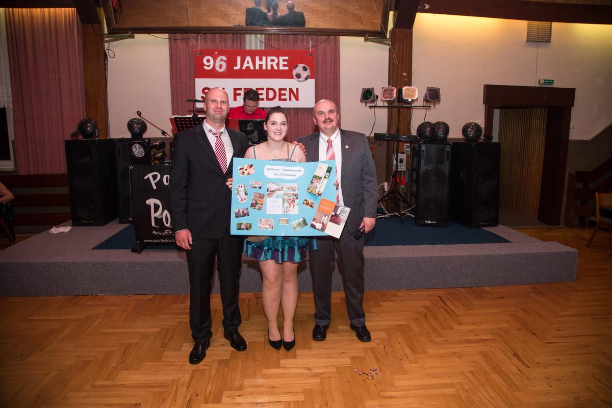 Gewann den Tombola - Hauptpreis: Nancy Fischer wird von Holger Schubert (1.Vorsitzender) und Tobias Kiehne (2.Vorsitzender) herzlichst beglückwünscht