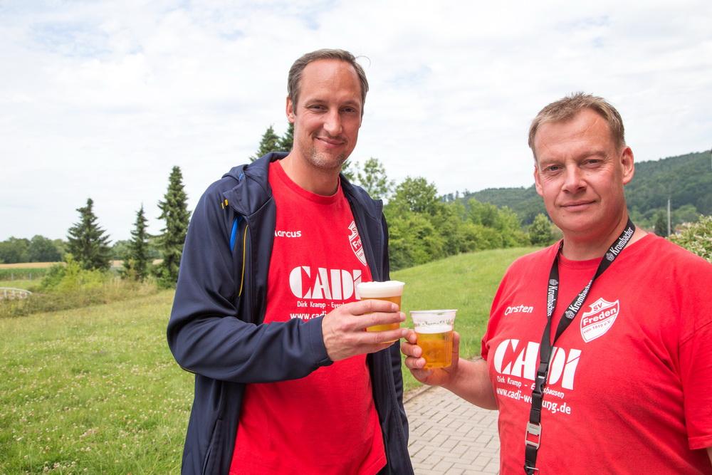 Anstoßen auf die zurückliegende Saison: Marcus Melching und Carsten Klaus
