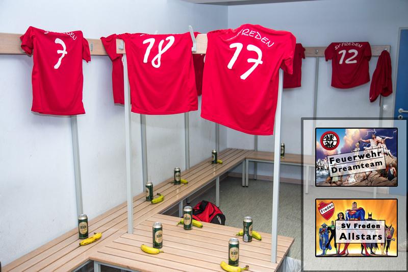 Die Kabinen für die Profis wurden vor dem Spiel fachgerecht hergerichtet Rechts im Bild die Türschilder der Mannschaften