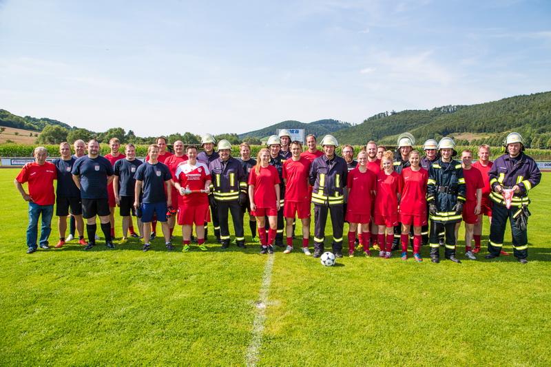 Die Mannschaften vor dem Spiel. Das Feuerwehr Dreamteam lief in Atemschutzausrüstung aufs Spielfeld