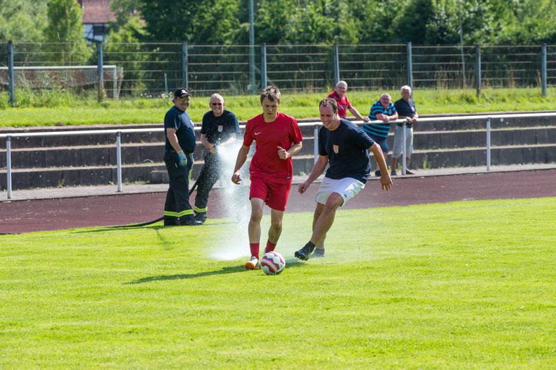 Hotte Streichert (SV Allstars) und Batti Kiehne (Feuerwehr Dreamteam) werden von Udo Rittierott und Jürgen Voss geärgert