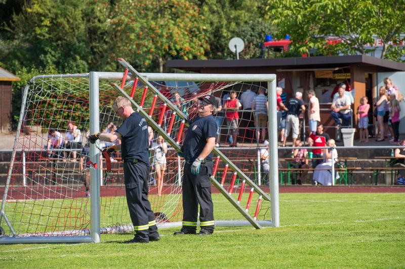 Da wird mal kurzerhand das eigene Tor dicht gemacht: Jürgen Voss und Udo Rittierott gehen auf Nummer sicher