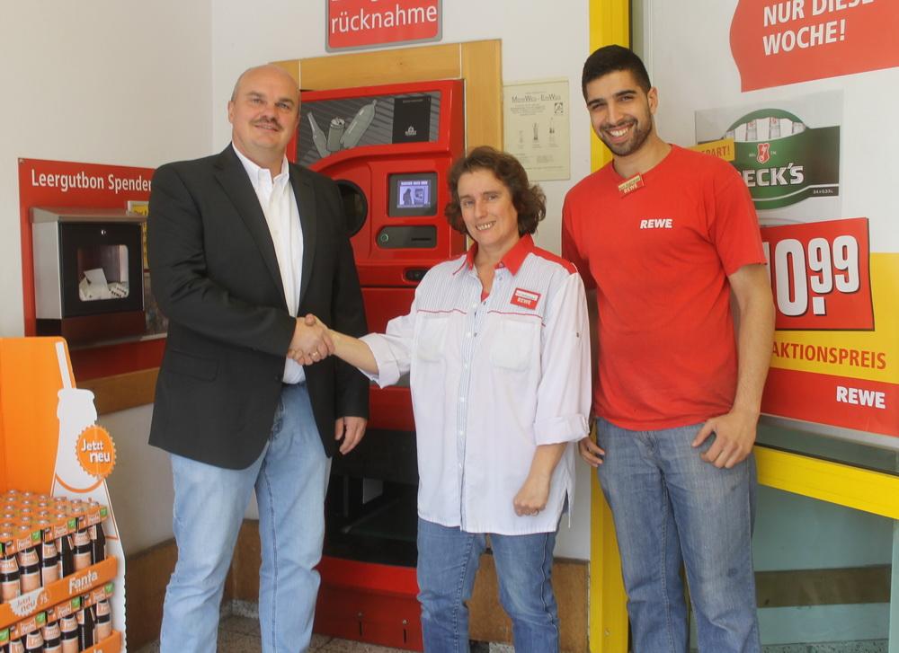 Holger Schubert (1.Vorsitzender SV Freden) bedankt sich bei Karin Steffenhagen (Marktleiterin Freden) und Halef Agirman (Mitarbeiter)