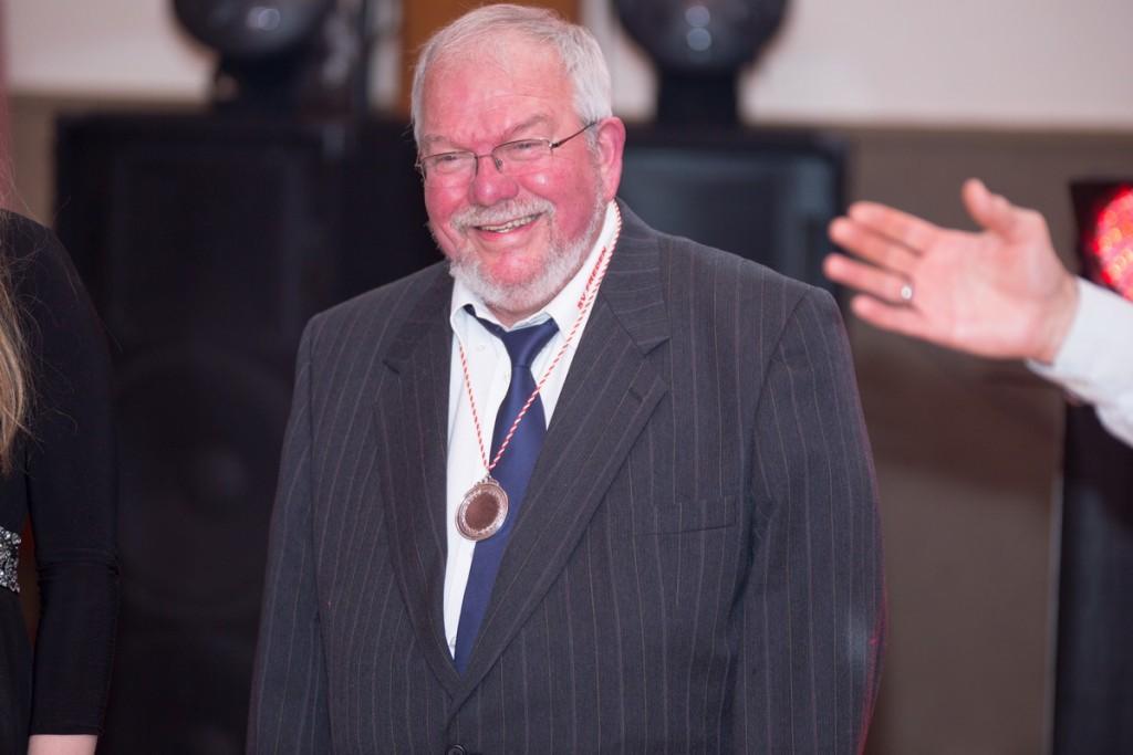 Captain Helmut Raabe wurde von Siggi Kraft für seine Verdienste als Vergnügungsminister ausgezeichnet