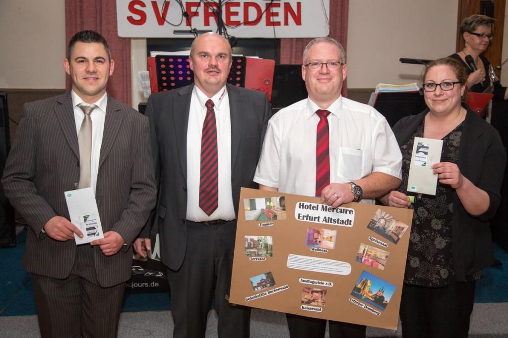 Frank Warnecke (2. von rechts) gewann den Hauptpreis, Steffen Gerecke und Laura Bahr freuten sich über Tickets für ein 96-Spiel