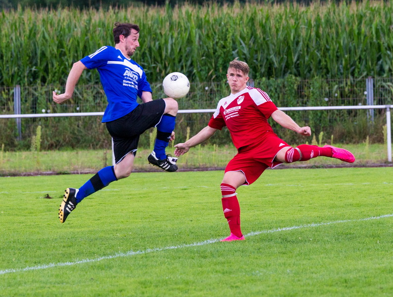 Felix Metze nimmt die Flanke volley....