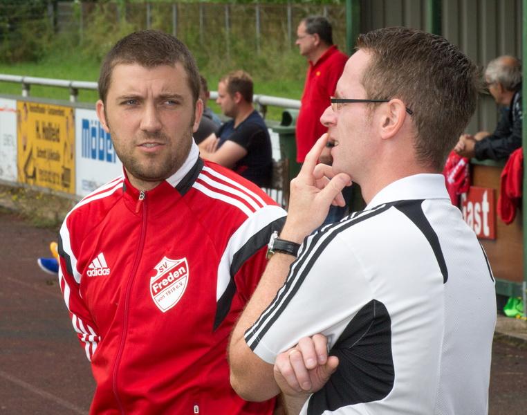 Waren zufrieden mit dem Spiel: Trainer Holger Wesche (rechts, grübelnd) mit Dustin Jeckstedt (verletzter verlängerter Arm)