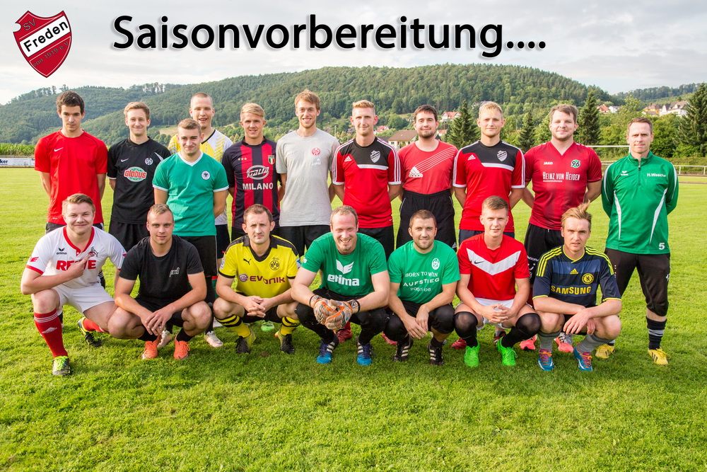 Der erweiterte Kader der 1.Herrenmannschaft in der Vorbereitung (rechts im Bild Trainer Holger Wesche)