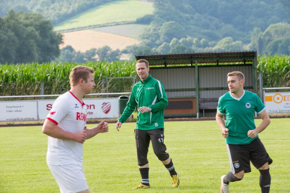 Beobachtet das Training akribisch und genau.... Trainer Holger Wesche weiß wie Fußball gespielt wird und beobachtet seine Spieler genau