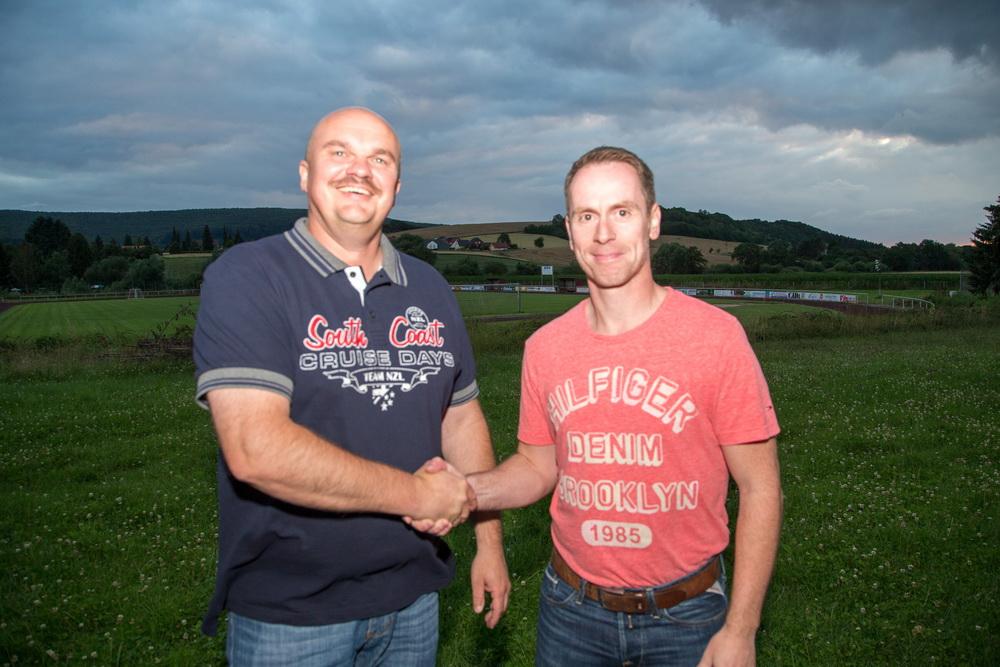 Auf eine erfolgreiche Saison... Der SV Freden stellvertretend durch Holger Schubert (1.Vorsitzender) konnte mit Holger Wesche endlich seinen sehnlichst erwünschten Star-Trainer verpflichten
