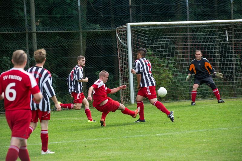 Erzielt in Bedrängnis einen sehr schönen Treffer, Stürmer Florian Kiehne.....