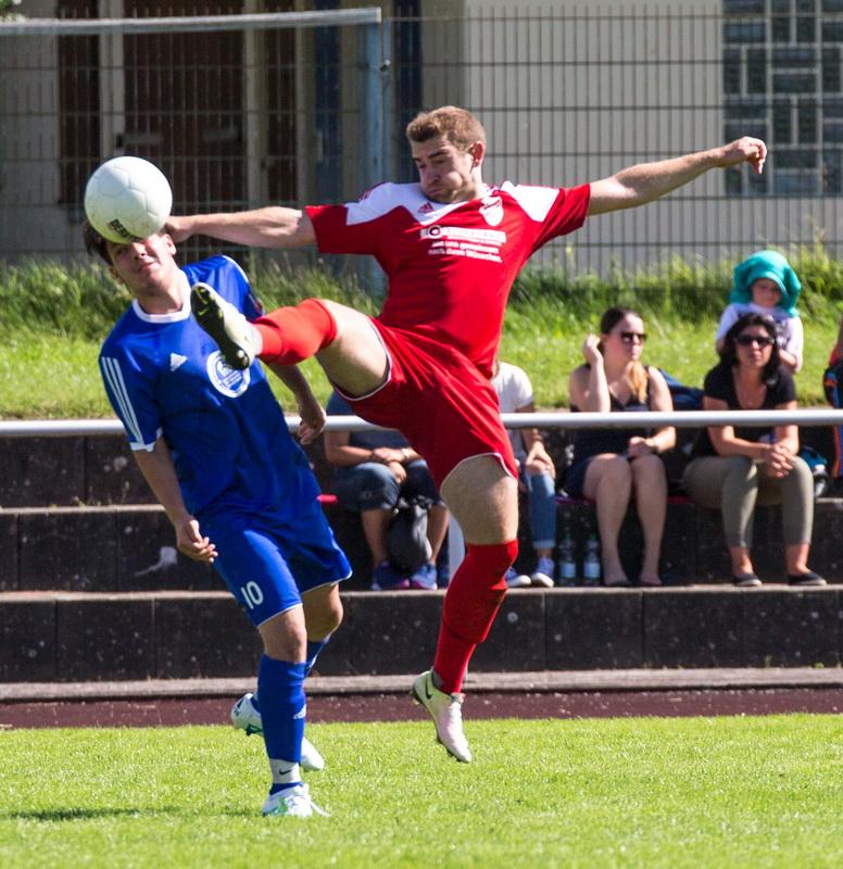Adrian Schoppe im Zweikampf...