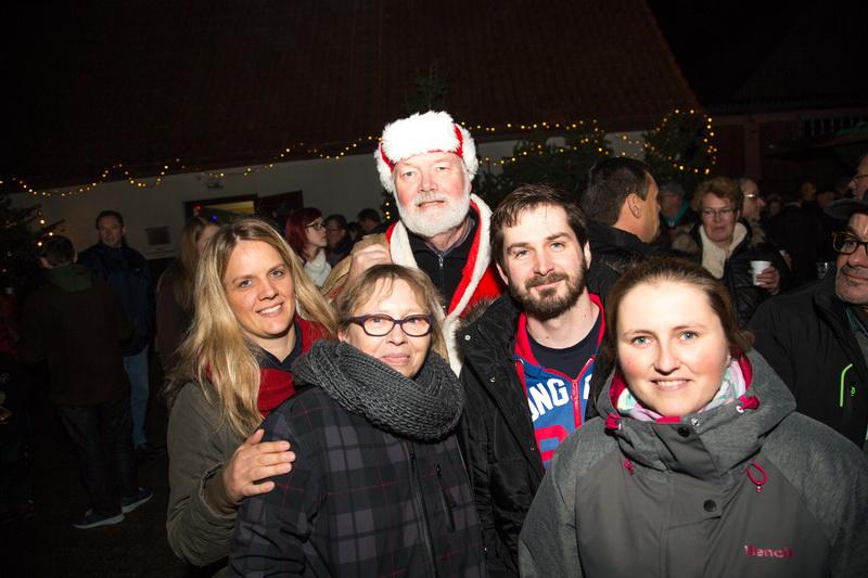 Der vorbeischauende Weihnachtsmann sorgte bei Jung & Alt für viel Freude