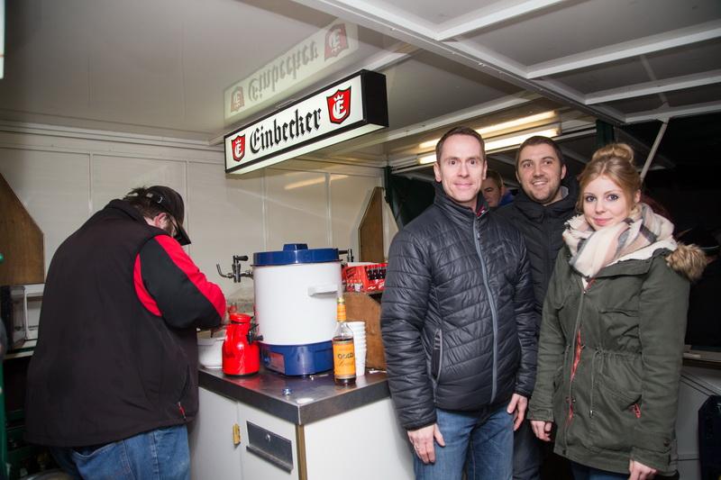Mannschaftsübergreifendes Teamwork im Getränkewagen, auch Erstherrentrainer Holger Wesche packte kräftig mit an....