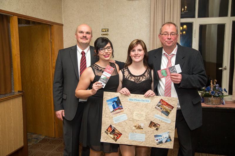 Die Preisträger, ausgezeichnet von el Präsidente Holger Schubert (links): Deborah Severidt (3.Preis), Mona Skandera (Hauptpreis), Knut Bantje (2.Preis)