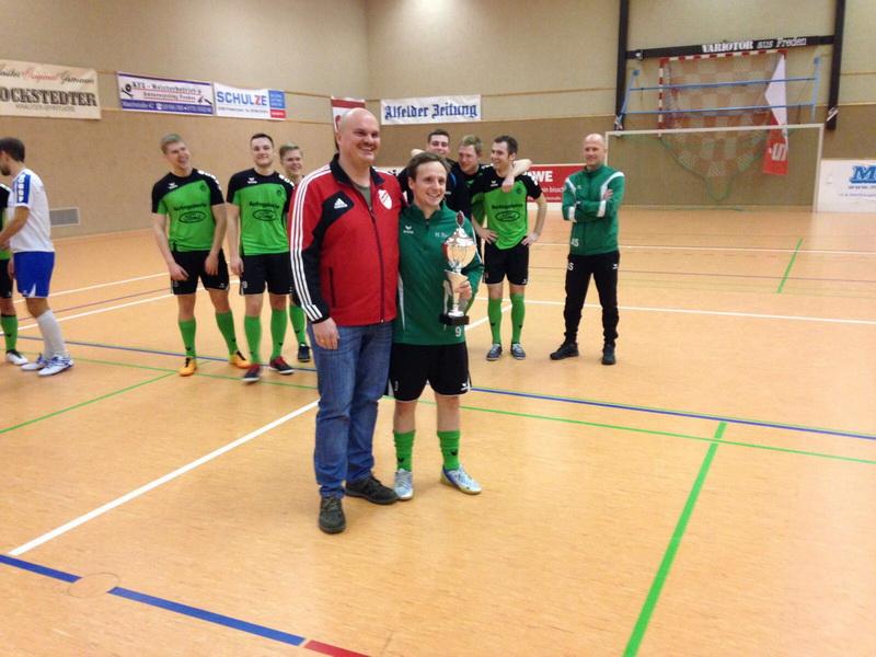 El Presidente Holger Schubert (1.Vorsitzender) mit Hilmar Teschner (SV Alfeld)