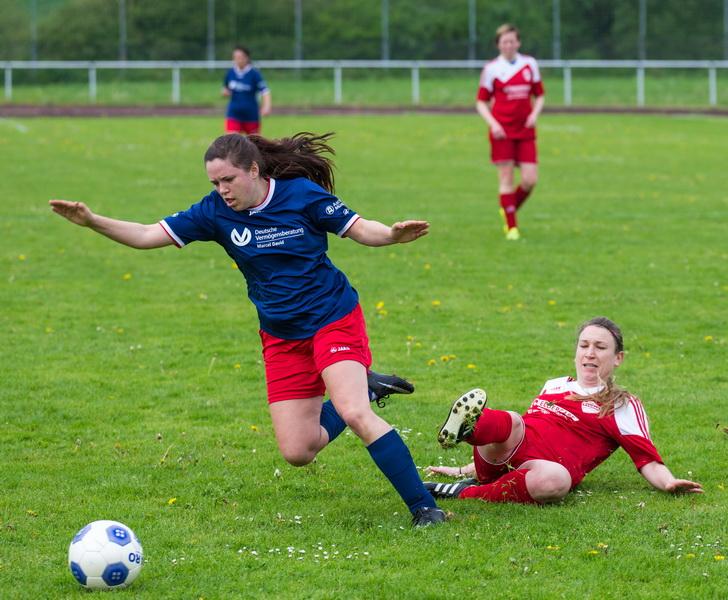 """Da sage einer Frauenfußball wäre nicht hart.... Ariane Schäffer """"fällt"""" ihre Gegenspielerin und sieht die Gelbe Karte"""