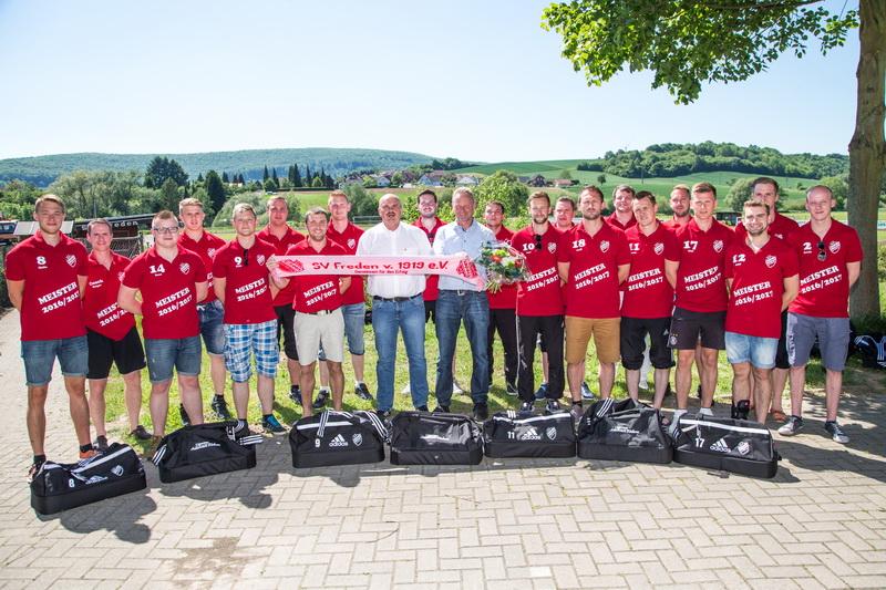 Die 1.Herrenmannschaft bedankt sich beim Autohaus Kerkau für die schicken neuen Taschen