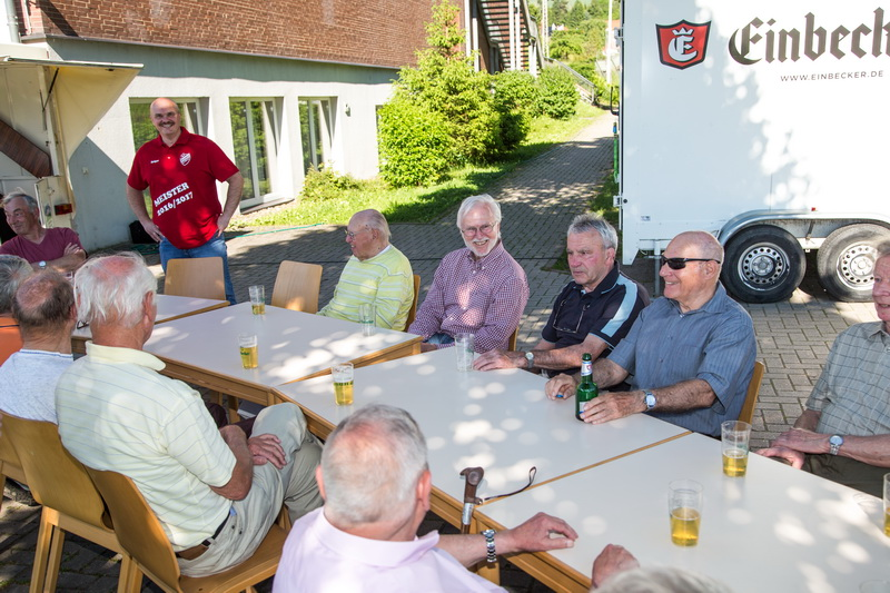 Holger Schubert (1.Vorsitzender) begrüßt die bestens gelaunten Ehemaligen