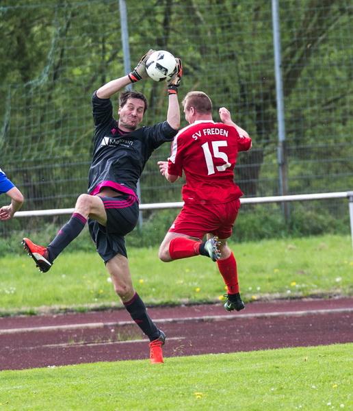 ... hier klärt er gegen SV-Stürmer Florian Kiehne