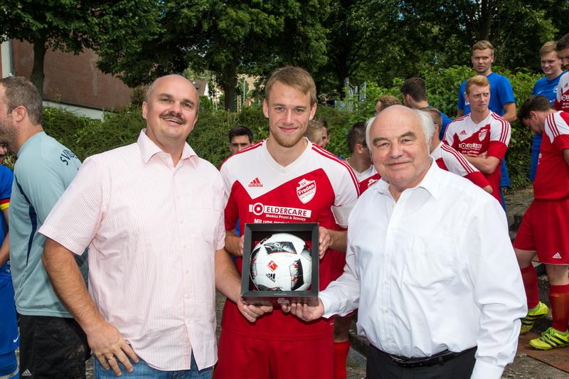 Klaus Krumfuß (Landtagsabgeordneter der CDU und Freund des SV Freden) löste sein Versprechen ein und überreichte dem SV Freden (Präsi Holger Schubert und Kapitän Malte Bantje) einen teuren Spielball....